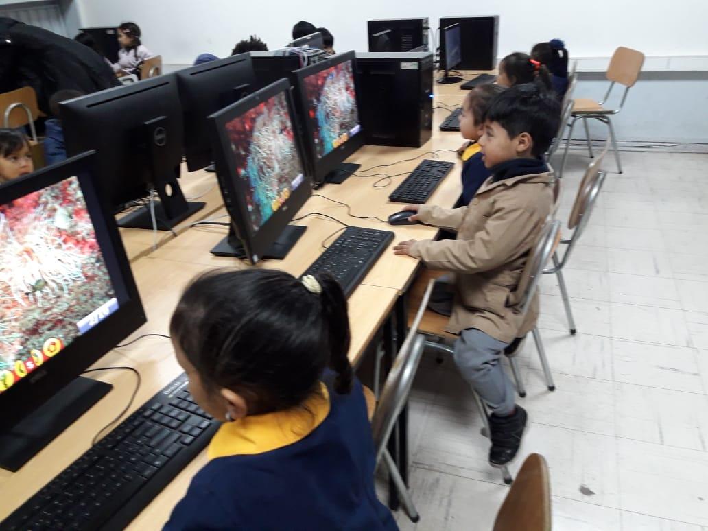 Prekinder alfabetizandose digitalmente usando el laboratorio de ENLACES.