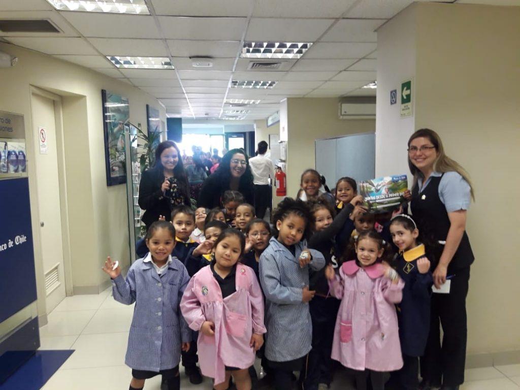 Niñas y niños de Pre-kinder y Kinder colaborando con la Teletón