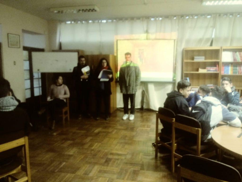 Equipo de cineastas de la UCH. dan un taller a los estudiantes Gabrielinos.