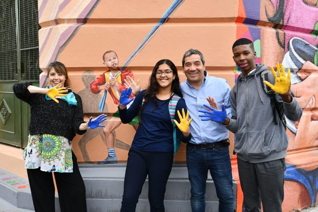 Comunidad participa en mural representativo de la comuna de Independencia.